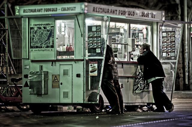 Pølsevogn , ahol dán hot dogot árulnak